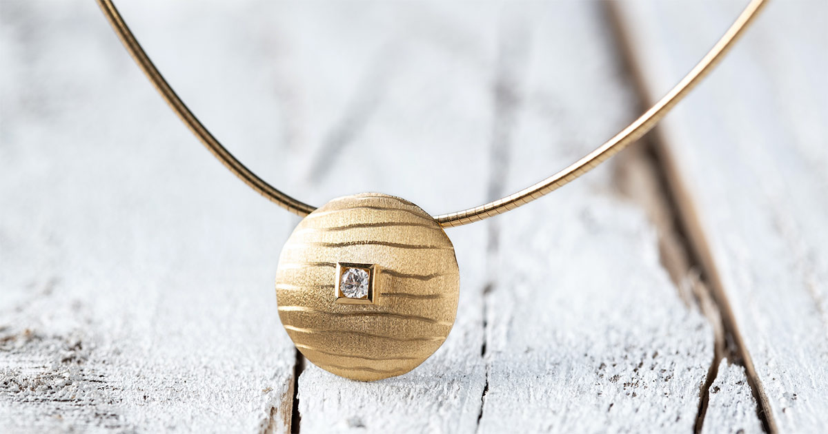 Der Goldanhänger mattiert/gebürstet mit Diamant 0,06ct kostet 549 Euro UVP.