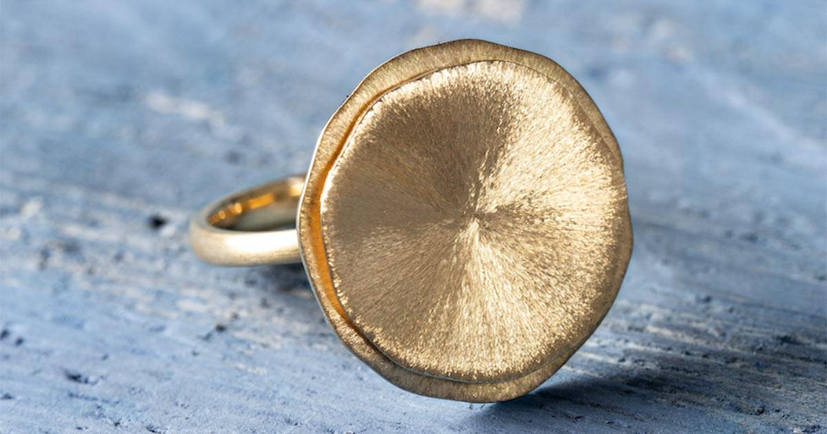 Wunderschön: Der mattiert/gebürstete Ring in 750er Gold.
