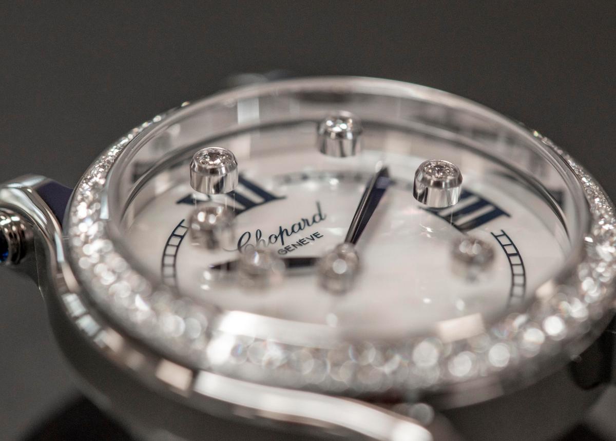 Die 1976 von Chopard erfundenen beweglichen Diamanten haben mit der Weise, wie sie in der Kollektion Happy Sport zur Geltung kommen, das Verhältnis der Frauen zu der Zeit revolutioniert.