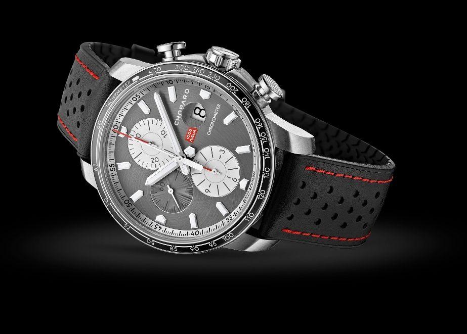 Die Chopard Mille Miglia 2021 Race Edition bietet eine Gangreserve von 48 Stunden, eine Stoppsekundenfunktion, Wasserdichtigkeit bis 100 Meter sowie entspiegeltes Saphirglas für beste Ablesbarkeit.