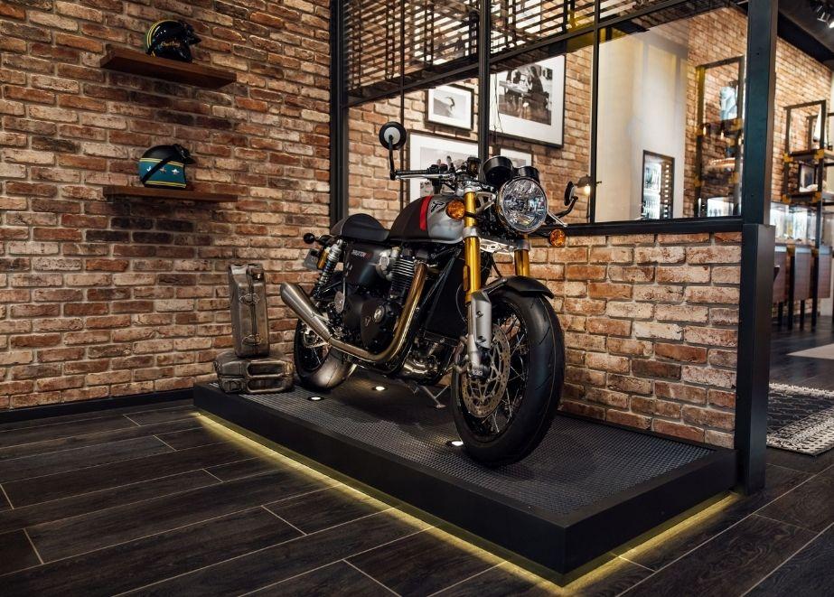 Triumph Thruxton RS Motorräder – die ersten modernen Café Racer – werden derzeit in Top-Boutiquen von Breitling auf der ganzen Welt ausgestellt.